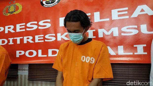 Polda Bali tangkap pria di Jatim yang membuat situs palsu perusahaan untuk menipu (Sui Suadnyana/detikcom)
