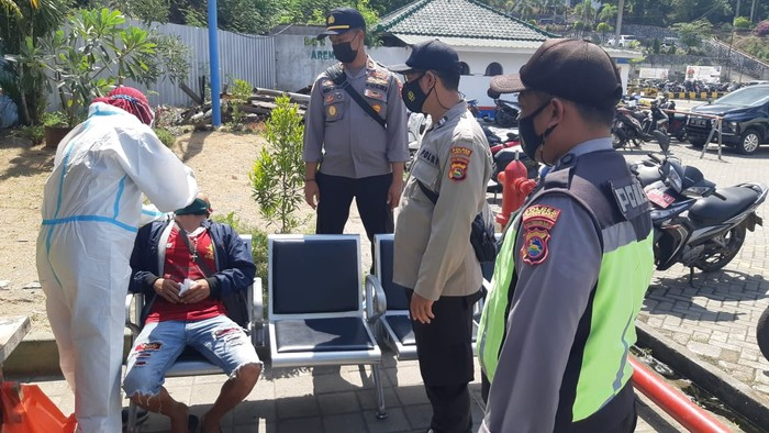 Personel Gabungan Otoritas Pelabuhan Penyeberangan Lembar Lombok memperketat pemeriksaan surat keterangan rapid test terkait keaslian dan masa berlakunya. Pemeriksaan dilakukan terhadap satu per satu pengguna jasa penyeberangan yang tiba.