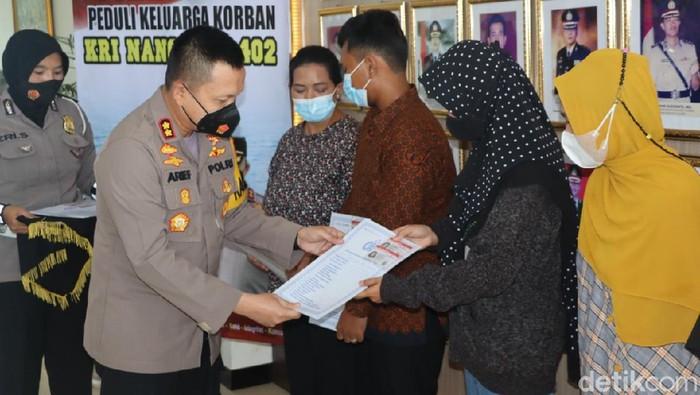 Polres Gresik memberikan SIM gratis dan surat kendaraan kepada keluarga kru KRI Nanggala-402. Ini sebagai apresiasi kepada keluarga kru KRI Nanggala 402 yang gugur di perairan laut utara Bali.