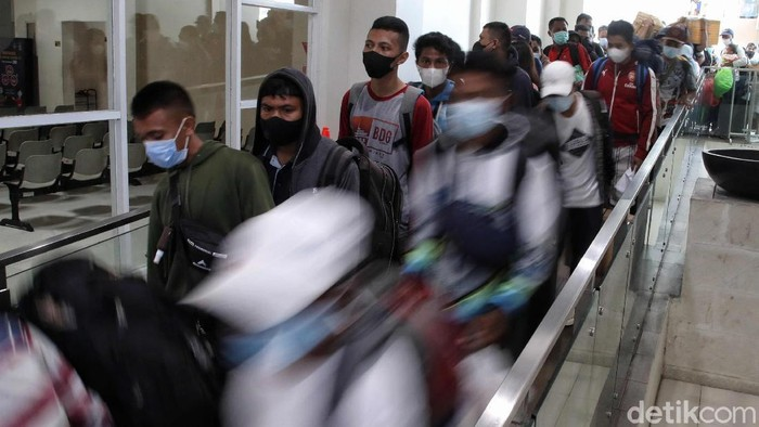 Ratusan penumpang turun dari Kapal Pelni KM Nggapulu di kawasan Terminal Penumpang Nusantara Pura, Pelabuhan Tanjung Priok, Jakarta Utara, Senin (24/5).