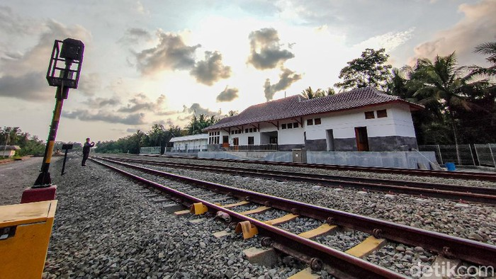 Progres pembangunan jalur kereta api (KA) menuju Bandara Internasional Yogyakarta atau Yogyakarta Internasional Airport (YIA) di Kulon Progo, Daerah Istimewa Yogyakarta (DIY) telah mencapai 90 persen. Uji coba rel tersebut ditargetkan berlangsung pada Juli 2021 mendatang.