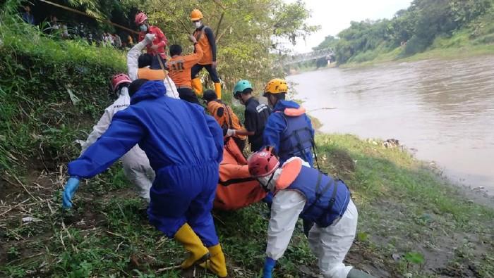 Proses evakuasi mayat pria misterius di Bengawan Solo di Sragen, Senin (24/5/2021).