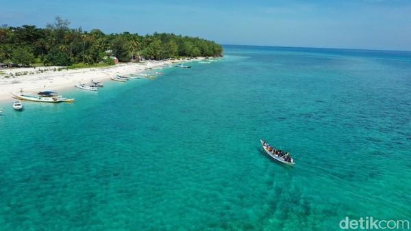 Dengan menggunakan kapal cepat, traveler bisa bersantai di dalam kapal. Selama perjalanan, traveler bisa menikmati kapal nelayan dan pulau lain, seperti Pulau Samalona, Pulau Kodingaren Keke, dan Pulau Barrang Lompo.