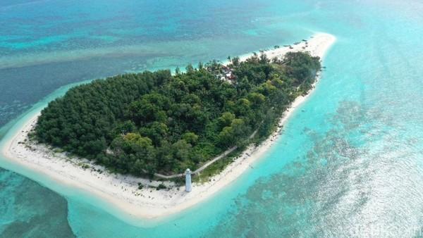 Kota Makassar dikenal akan keindahan pantai dan lautnya. Salah satunya adalah Pulau Lanjukang yang jarang dijamah orang. Pulau ini merupakan pulau terluar di Makassar.