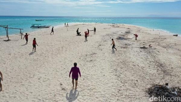 Pulau Lanjukang berjarak kurang lebih 40 kilometer dari Kota Makassar. Jumlah penduduk yang mendiami Pulau Lanjukang sekitar 15 kepala keluarga. Mayoritas mereka berprofesi sebagai nelayan.