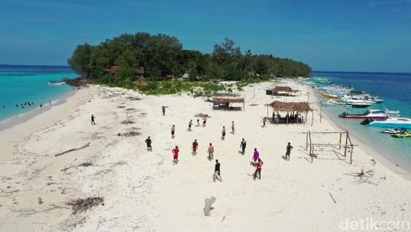 Setibanya di Pulau Lanjukang, traveler akan disuguhi keindahan pantai dan pasir putihnya. Tak hanya itu, Pulau Lanjukang jarang dijamah oleh wisatawan.