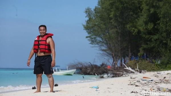 Di sini, traveler bisa bermain jetsky atau snorkeling. Di tempat ini juga terdapat ujung pulau yang lapang dengan pasir putih yang cocok digunakan sebagai tempat bermain bola pasir. Tertarik ke sini, traveler?