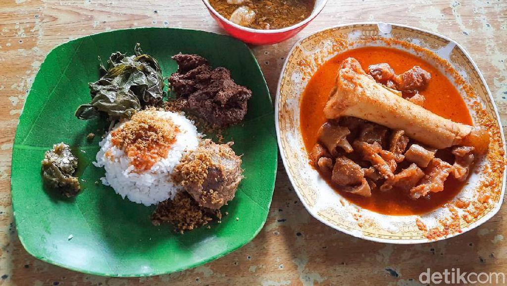 Lamak Bana! Makan Nasi Padang Pakai Asam Padeh Tunjang dan Sop Daging