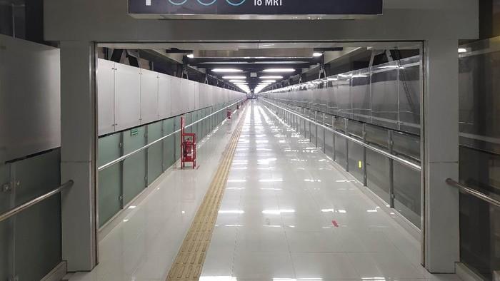 Suasana jembatan layang Stasiun MRT ASEAN yang masih sepi.