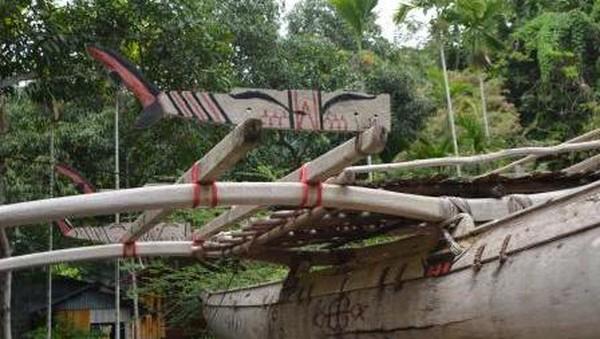 Semua perahu laki-laki memiliki sebuah cadik di sisi kanan dan sebuah tiang dengan layar berbentuk segi empat dari daun pandan. Papan-papan ditambahkan pada kedua sisi perahu untuk menambah tinggi perahu itu dari atas permukaan air. (Hari Suroto/Istimewa)