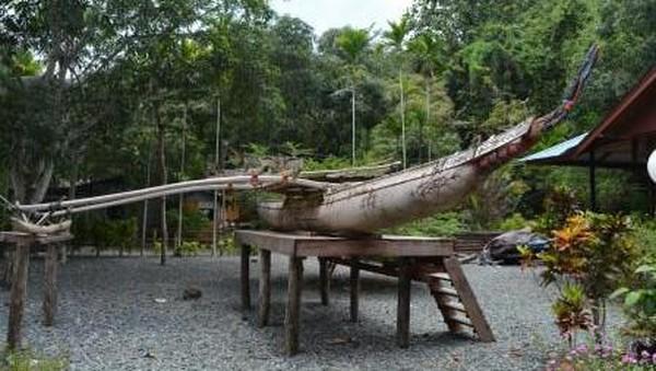 Sedangkan perahu laki-laki dilengkapi dengan cadik di sisi kanan. Sejak zaman nenek moyang, masyarakat Teluk Tanah Merah telah mengembangkan fitur desain khusus perahu mereka yang disesuaikan dengan kondisi perairan setempat, cuaca dan kegunaannya. (Hari Suroto/Istimewa)