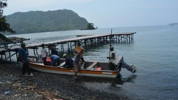 Saat ini perahu tradisional Teluk Tanah Merah tergerus oleh perahu modern berbahan fiber dengan motor mesin yang dinilai lebih praktis dan mampu bertahan lama. Cukup disayangkan, padahal perahu tradisional itu begitu unik dan sarat akan nilai budaya Papua. (Hari Suroto/Istimewa)