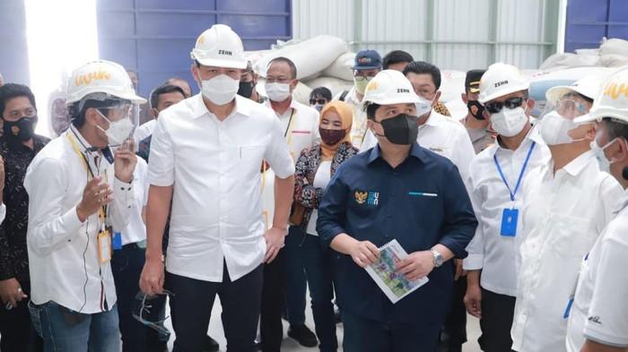 Mereka meninjau kesiapan bangunan Sentra Pengolahan Beras Terpadu (SPBT) atau Rice Milling Unit (RMU).