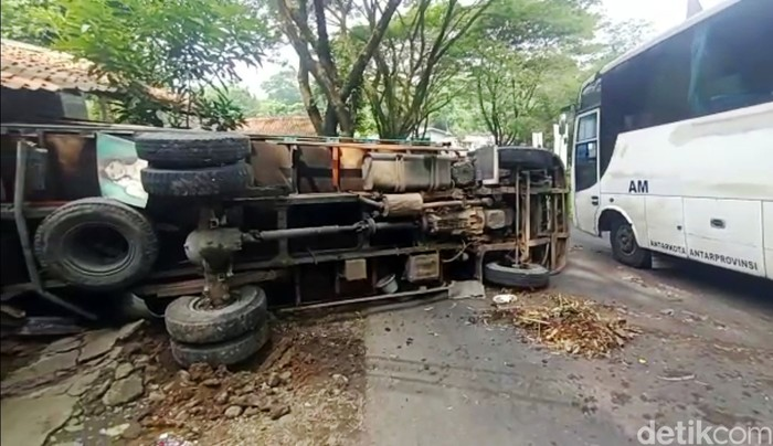 Truk bermuatan pasir tiba-tiba mundur dan menghantam mobil dan motor di Jalab Alternatif Nagrak, Kecamatan Nagrak, Kabupaten Sukabumi. Tidak ada korban jiwa akibat kejadian tersebut.