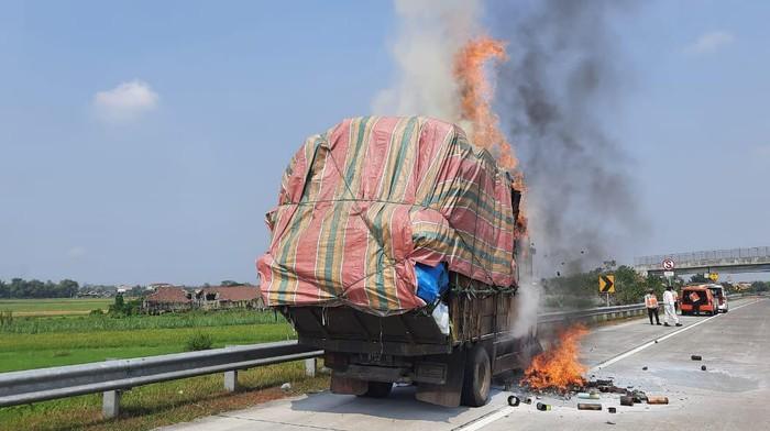 truk terbakar di tol joma