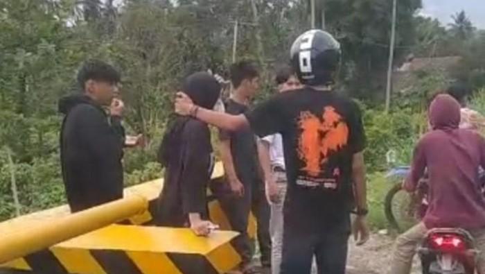 Viral 5 remaja di Sulsel gerayangi wanita dan keroyok pria (dok. Istimewa).