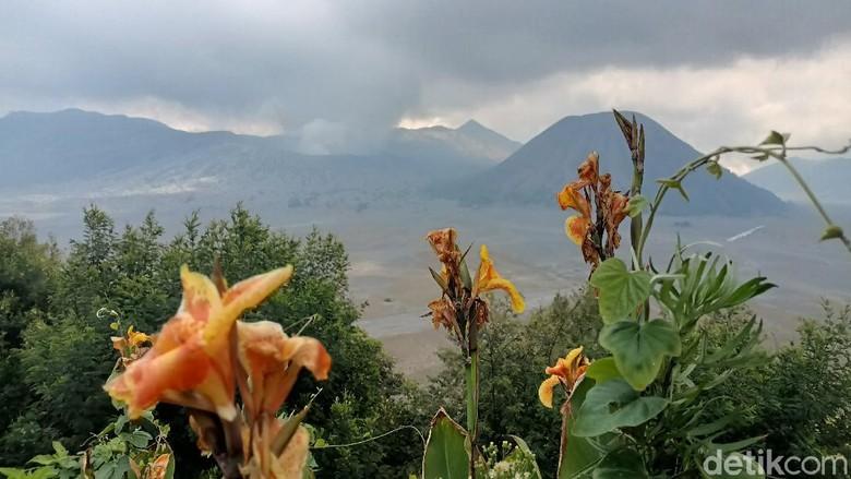Taman Nasional Bromo Tengger Semeru (TNBTS) kembali membuka wisata Gunung Bromo. Sebelumnya, Gunung Bromo ditutup 11 hari selama masa libur Lebaran.