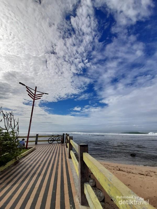 Dekat menara pandang untuk pengunjung yang ingin menikmati ombak pantai tanpa basah terkena air