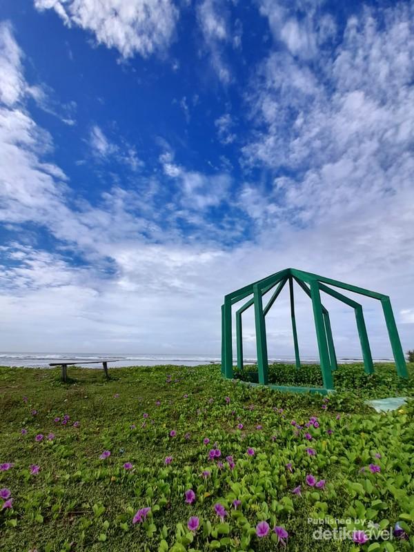 Kursi duduk di tepi Pantai Sayang Heulang