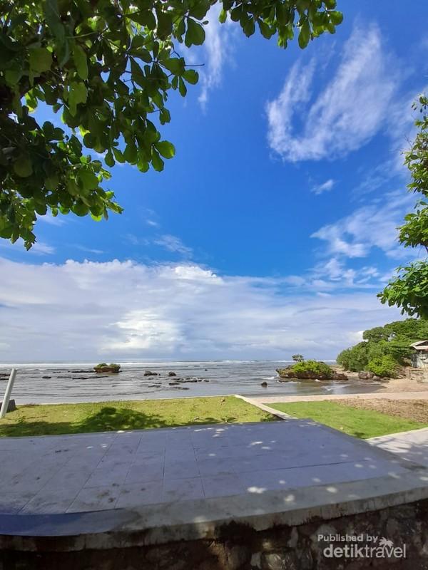 Sisi lain Pantai Sayang Heulang dengan batu karang yang indah