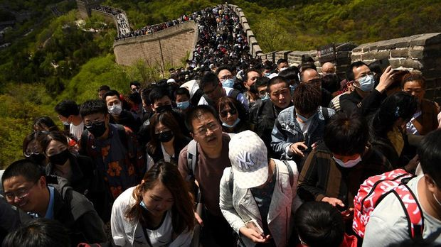 People visit the Great Wall during the labour day holiday in Beijing on May 1, 2021. (Photo by Noel Celis / AFP)