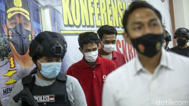 Polisi menangkap dua begal motor terhadap pengemudi ojek online di Tugu Tani, Jakarta, Selasa (25/5). Begini tampang mereka.