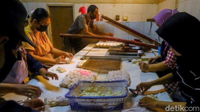 Harga kedelai global saat ini telah bergerak naik. Naiknya harga kedelai membuat produksi tahu di usaha mikro, kecil, dan menengah (UMKM) di Tangerang Selatan terganggu.