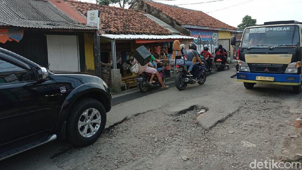 4 Bulan Berlalu Sejak Spanduk Satire, Jl Pabuaran Belum Juga Diperbaiki