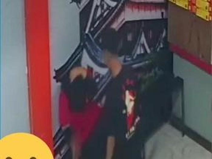 Seorang pemuda memukuli karyawati sebuah restoran di Pasuruan. Aksi brutal itu terekam CCTV dan videonya viral.