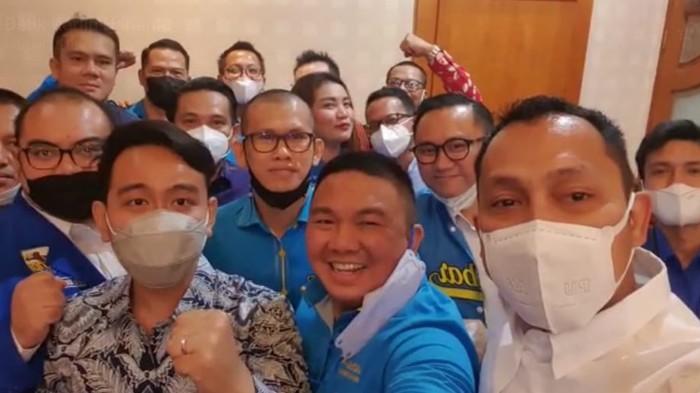 Wali Kota Solo Gibran Rakabuming bersama kader KNPI.