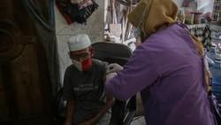 Program vaksinasi COVID-19 terus gencar dilakukan di Indonesia. Di Tangerang, ada layanan vaksinasi virus Corona dari rumah ke rumah untuk warga lansia loh.