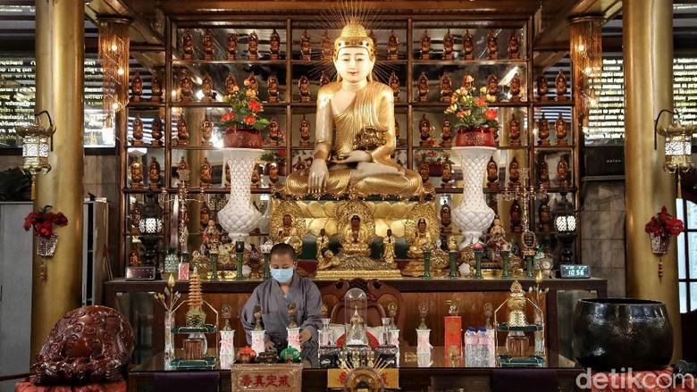 Bikhuni membersihkan patung Buddha dan pelayaran di kawasan Vihara Lalitavistara, Sekolah Tinggi Agama Buddha Maha Prajna, Cilincing, Jakarta Utara, Selasa (25/5). Memasuki perayaan Hari Waisak yang jatuh pada Rabu (26/5), umat Buddha di Sekolah Tinggi Agama Buddha Maha Prajana mulai melakukan persiapan.