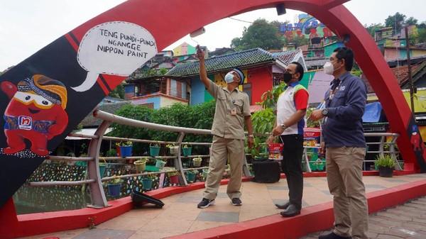 Berkat inisiasi Hendrar Prihadi sebagai Walikota Semarang, dinding rumah warga itu di cat dengan penuh warna pelangi dan dilengkapi dengan hiasan mural serta lukisan tiga dimensi yang semakin menambah jadi ciamik.Kampung Pelangi ini diresmikan pada 18 Mei 2017.
