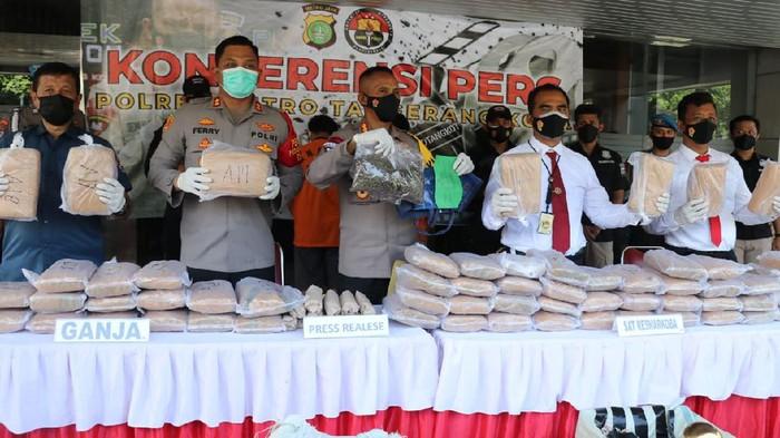 Peredaran 65 Kg Ganja di Tangerang-Jakpus, Modus Kirim Via Paket