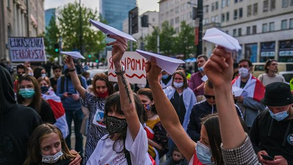 Pesawat Kertas Jadi Simbol Protes Warga Usai Jurnalis Belarusia Ditangkap