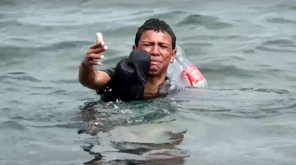 Pilu, Bocah Maroko Berenang Pakai Botol Plastik ke Spanyol
