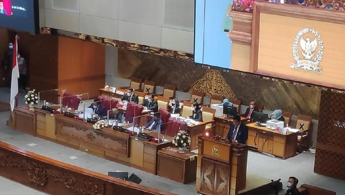 Tiga Wakil Ketua DPR, kecuali Azis Syamsuddin hadir langsung dalam rapat paripurna, di kompleks parlemen, Senayan, Jakarta, Selasa (25/5/2021).
