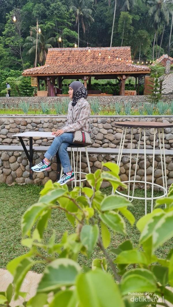 Ngopi di Sawah Megamendung Bogor