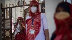Gelombang infeksi COVID-19 yang berkepanjangan tak hanya mencengkeram kota-kota besar, namun juga telah menjangkau jauh ke pedalaman India. Ini buktinya.