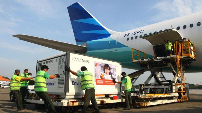 Pekerja cargo melakukan bongkar muat Envirotainer berisi vaksin COVID-19 Sinovac setibanya dari Beijing di Terminal Cargo Bandara Soekarno Hatta, Tangerang, Banten, Selasa (25/5/2021). Sebanyak delapan juta dosis vaksin COVID-19 Sinovac kembali tiba di Indonesia, yang selanjutnya dibawa ke Bio Farma Bandung. ANTARA FOTO/Muhammad Iqbal/rwa.