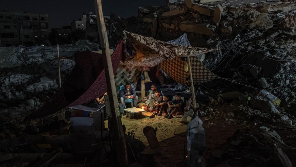Warga Gaza Bangun Tenda di Atas Reruntuhan Bangunan