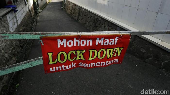 Sebanyak 80 warga yang bermukim di RT 03 RW 03 Cilangkap, Jakarta Timur, terkonfirmasi positif COVID-19. Gang jalan di permukiman tersebut di-lockdown sementara.