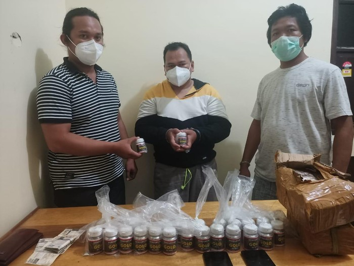 Pelaku ditangkap beserta barang bukti berupa 25 botol mercuri/HG spesial for gold 99,999% dengan berat kurang lebih 25 kg dan satu unit sepeda motor merek Yamaha warna biru tua.