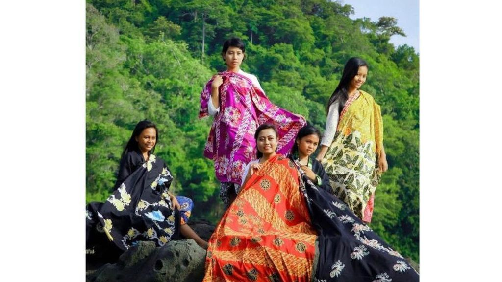 Bupati Ipuk Promosikan Batik Bermotif Filosofi Ajaran Buddha di Hari Waisak