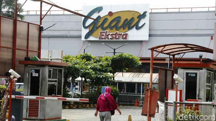 Pengunjung mendatangi gerai Giant yang masih beroperasi, di Jalan Jatiwaringin, Kota Bekasi, Rabu (26/05/2021). Namun PT Hero Supermarket Tbk (HERO) memastikan akan menutup seluruh gerai Giant pada Juli 2021. Penutupan ini sebagai bagian strategi bisnis perusahaan.
