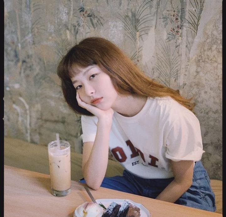 Intip Imutnya Seulgi 'Red Velvet' Saat Nongkrong di Kafe