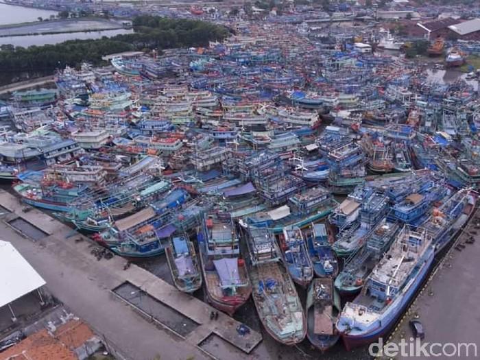 Kapal-kapal menumpuk di kolam Pelabuhan Kota Tegal, Rabu (26/5/2021).