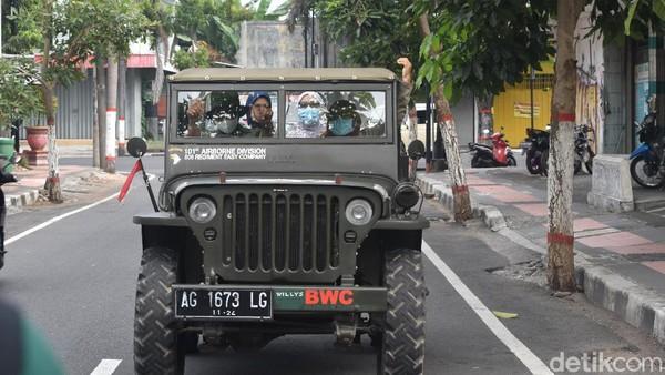 Satu mobil jeep terbuka bisa diisi tiga penumpang, kalau jeep tertutup kapasitasnya lima orang. Perjalanan pertama, menuju Istana Gebang yang merupakan rumah yang pernah ditinggali Ir Soekarno semasa muda. (Erliana Riady/detikTravel)