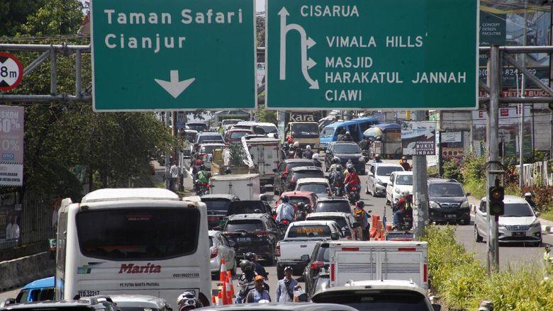 Sejumlah kendaraan memadati jalur wisata Puncak, Cipayung, Kabupaten Bogor, Jawa Barat, Rabu (26/5/2021). Kepadatan  tersebut disebabkan tingginya volume kendaraan yang ingin berwisata ke kawasan Puncak Bogor pada libur Hari Raya Waisak. ANTARA FOTO/Yulius Satria Wijaya/aww.