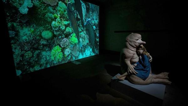 Dalam pameran terbesar ini, Piccinini menciptakan sensasi multi-indera lewat ekosistem pahatan, video, suara dan cahaya.